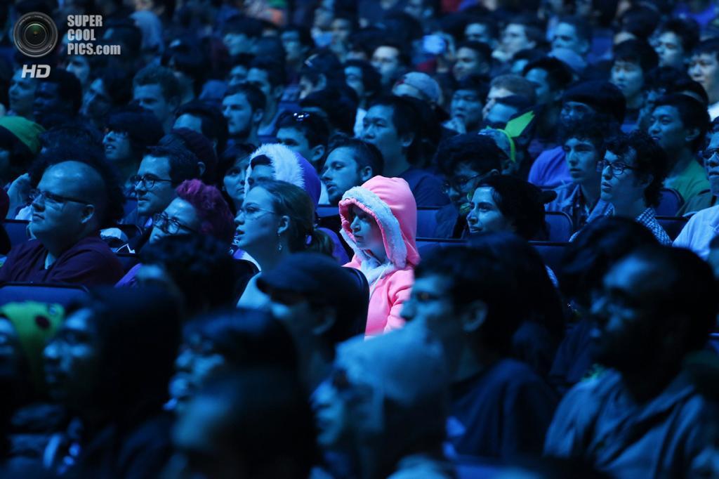 США. Лос-Анджелес, Калифорния. 10 июня. Зрители на пригласительном турнире по Super Smash Bros. на консолях Nintendo. (REUTERS/Jonathan Alcorn)