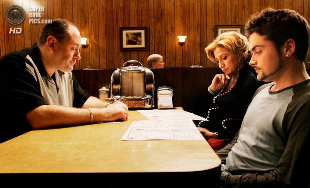 7. Тони Сопрано, «Клан Сопрано». Крупный мафиози Тони в исполнении Джеймса Гандольфини показывается как любящий отец, который не хочет впутывать своих детей в криминальные разборки. Вот только гены берут своё... (HBO)