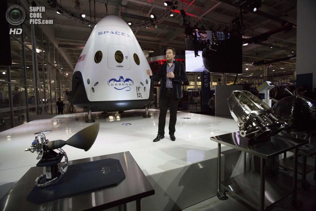 США. Хоторн, Калифорния. 29 мая. Основатель, главный конструктор и исполнительный директор SpaceX Илон Маск проводит презентацию космического корабля «Dragon V2». (REUTERS/Mario Anzuoni)