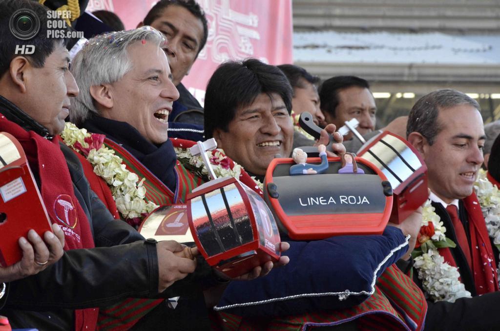 Боливия. Ла-Пас. 30 мая. Президент Боливии Эво Моралес и вице-президент Альваро Гарсия Линера на открытии канатной дороги. (REUTERS/ABI/Bolivian Presidency/Handout)