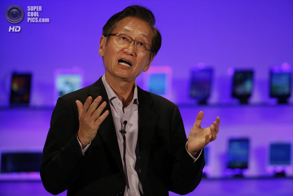 Тайвань. Тайбэй. 3 июня. Председатель правления Asus Джонни Ши рассказывает о новых устройствах компании. (AP Photo/Wally Santana)