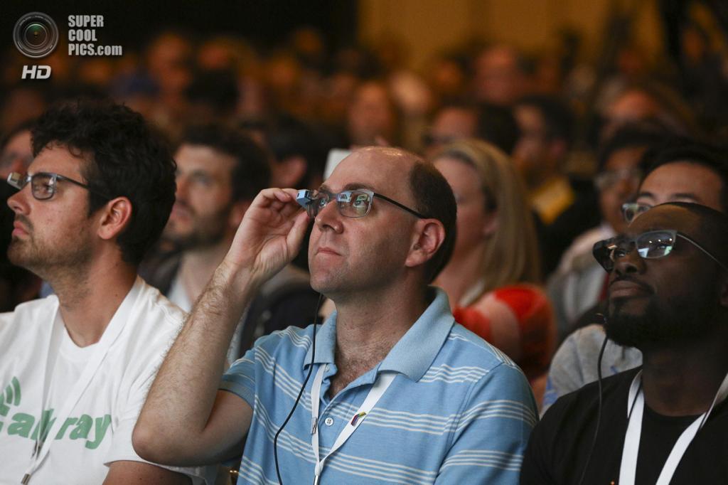США. Сан-Франциско, Калифорния. 25 июня. Зрители в смарт-очках Google Glass. (REUTERS/Elijah Nouvelage)