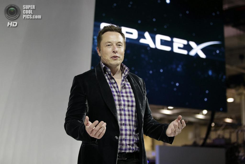 США. Хоторн, Калифорния. 29 мая. Основатель, главный конструктор и исполнительный директор SpaceX Илон Маск проводит презентацию космического корабля «Dragon V2». (AP Photo/Jae C. Hong)