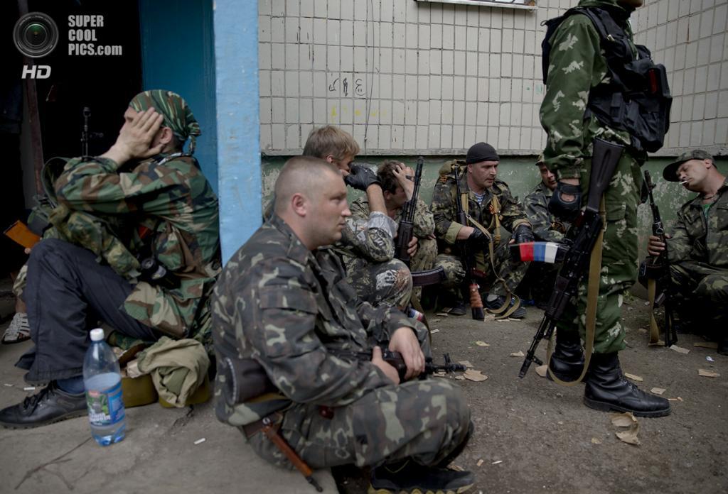 Украина. Луганск. 2 июня. Активисты Луганской народной республики ждут указаний. (AP Photo/Vadim Ghirda)