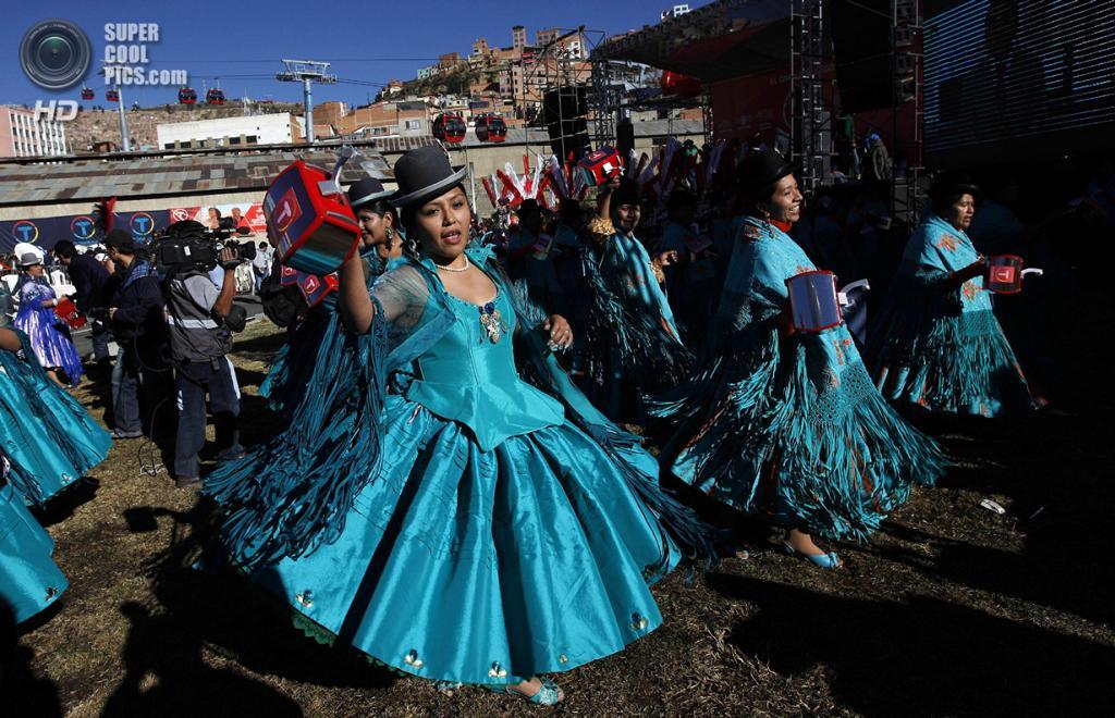 Боливия. Ла-Пас. 30 мая. Танцы на открытии самой высокой канатной дороги в мире,  соединяющей Ла-Пас и Эль-Альто. (AP Photo/Juan Karita)