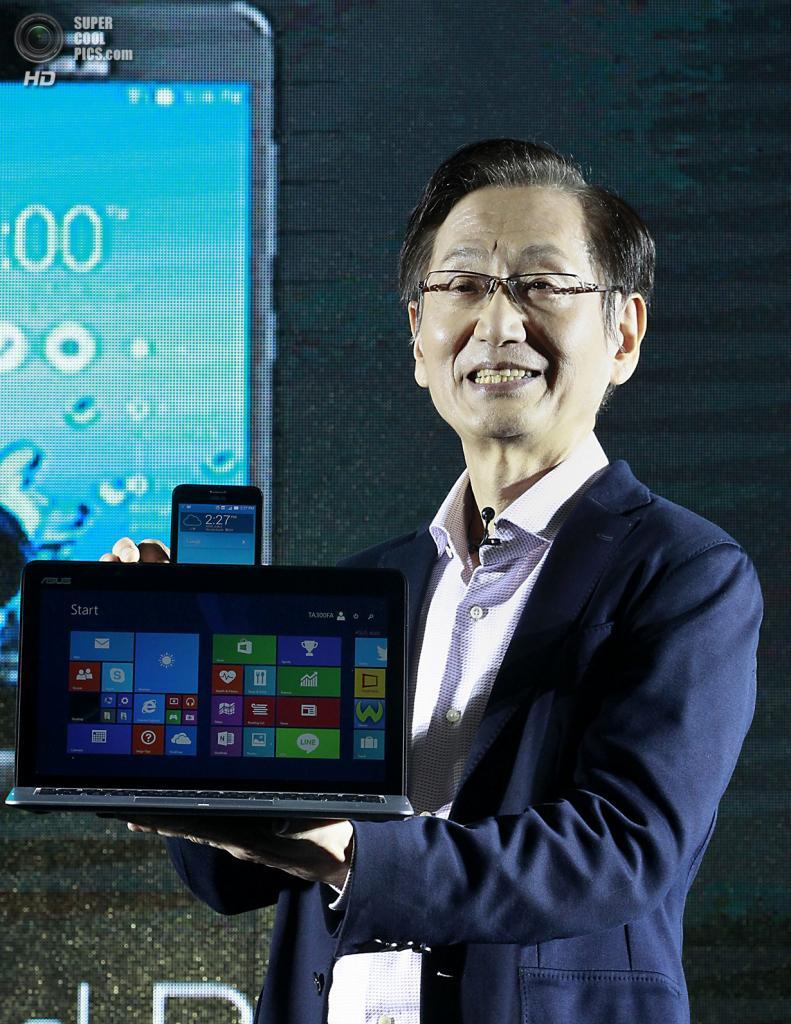 Тайвань. Тайбэй. 3 июня. Джонни Ши презентует устройство Asus Transformer Book V. (REUTERS/Pichi Chuang)