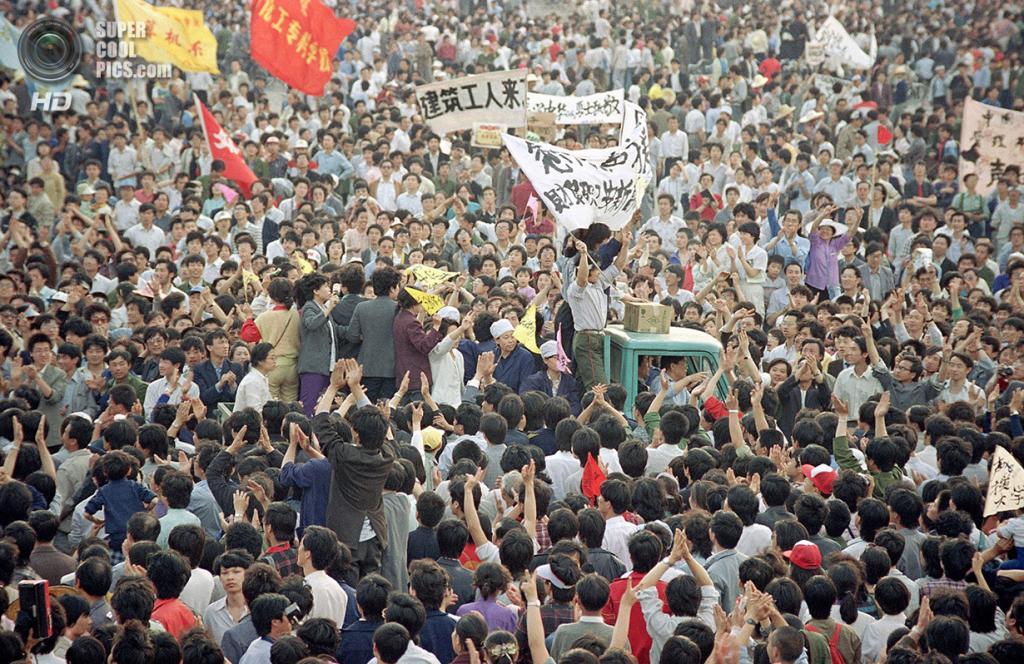 Китай. Пекин. 17 мая 1989 года. Грузовик среди толпы, настолько тесной, что его едва можно различить. (AP Photo/Sadayuki Mikami)