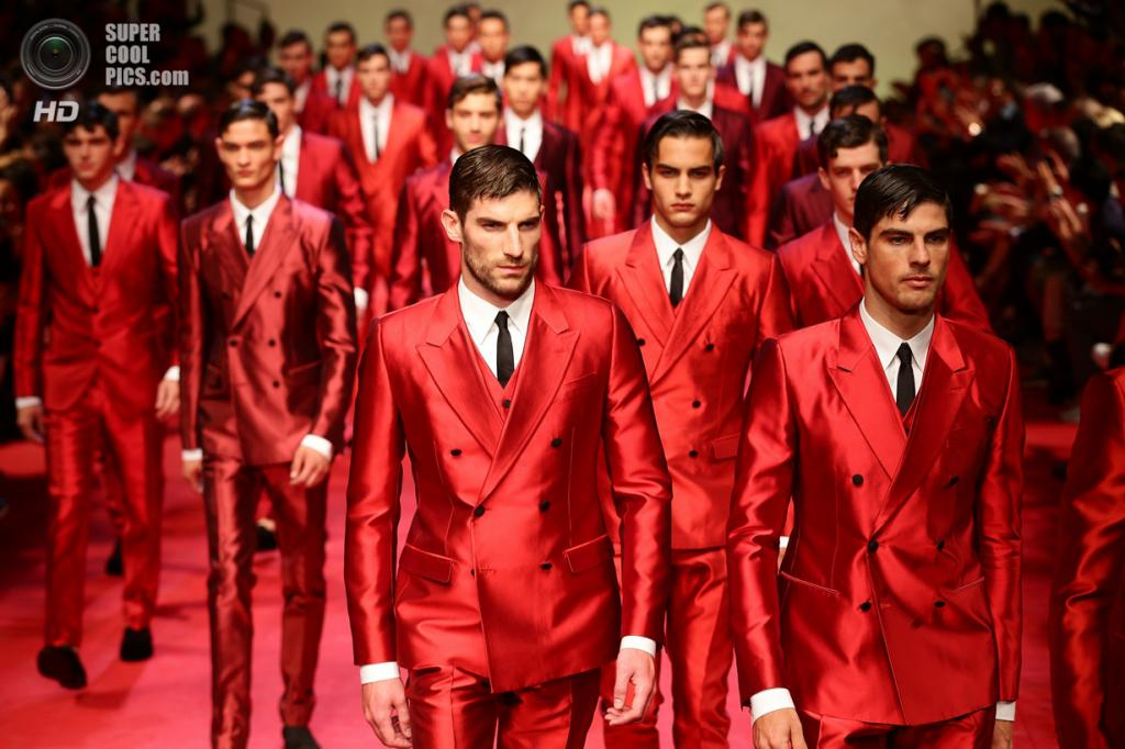Италия. Милан. 21 июня. Во время показа коллекции весна-лето 2015 от Dolce & Gabbana. (Vittorio Zunino Celotto/Getty Images)