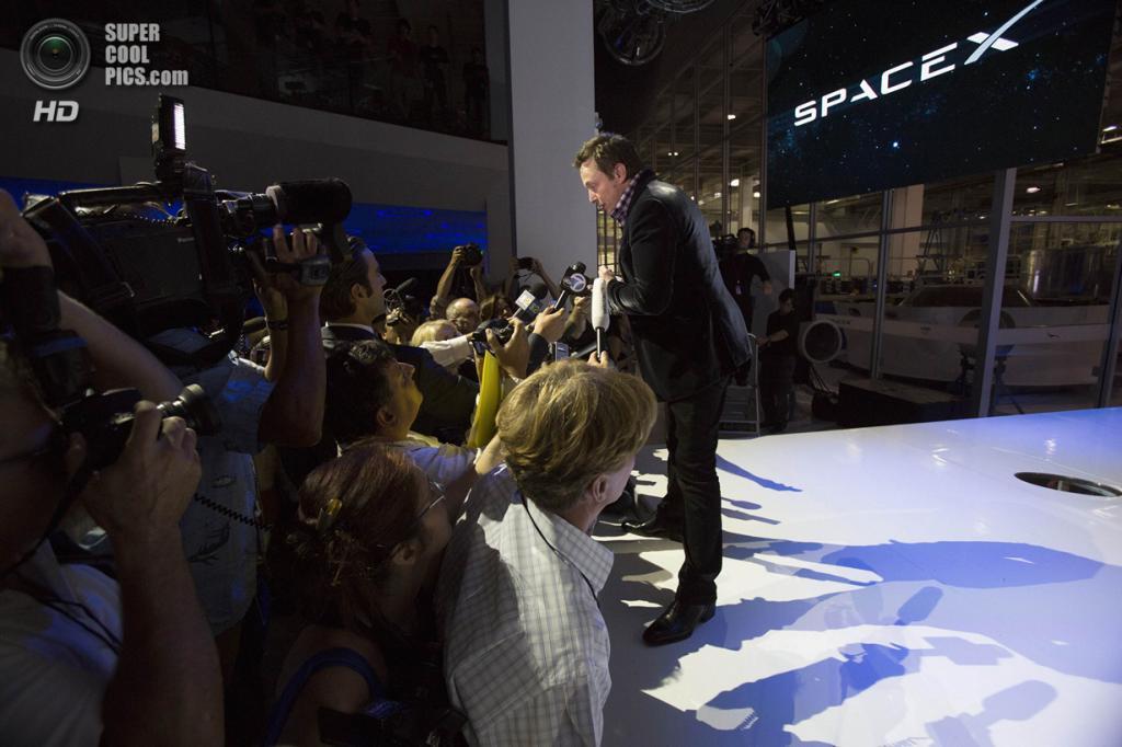 США. Хоторн, Калифорния. 29 мая. Основатель, главный конструктор и исполнительный директор SpaceX Илон Маск отвечает на вопросы журналистов. (REUTERS/Mario Anzuoni)