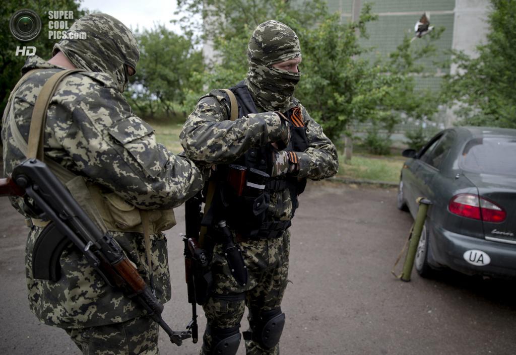 Украина. Луганск. 2 июня. Активисты Луганской народной республики готовятся к бою. (AP Photo/Vadim Ghirda)