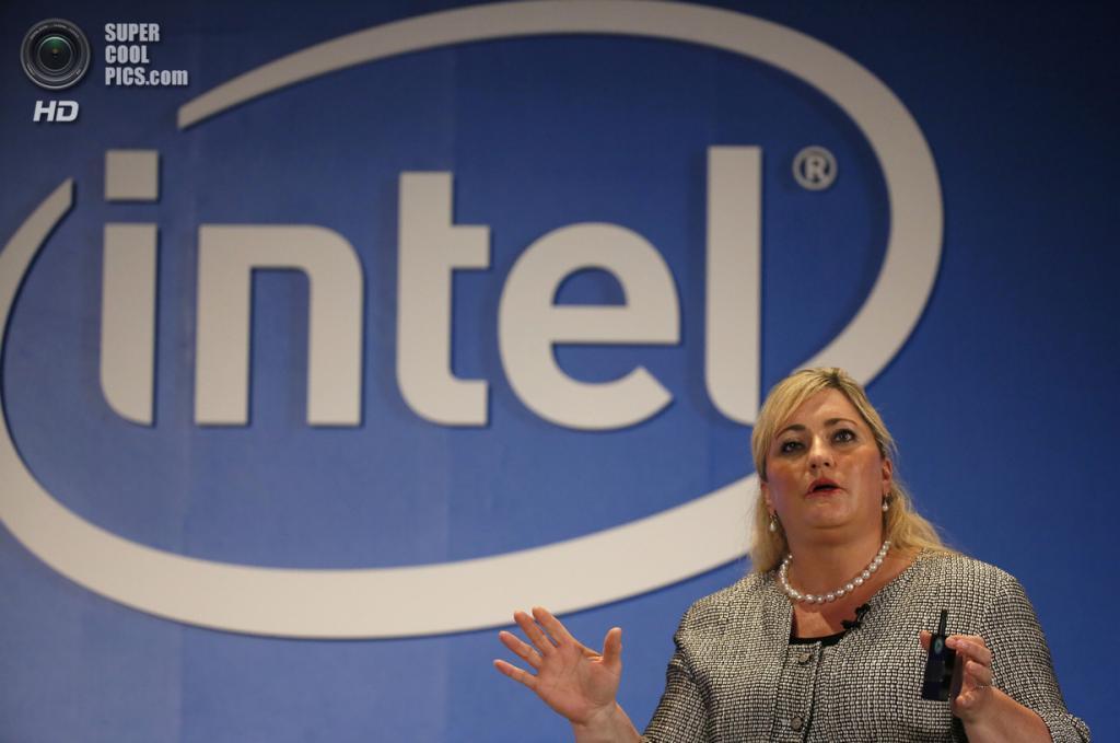 Тайвань. Тайбэй. 3 июня. Президент Intel Рене Джеймс рассказывает о новых устройствах корпорации. (AP Photo/Wally Santana)