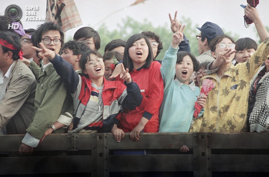 Китай. Пекин. 19 мая 1989 года. Студенты, участвующие в митинге на площади Тяньаньмэнь. (AP Photo/Sadayuki Mikami)