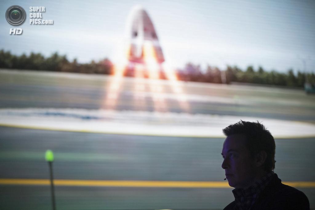 США. Хоторн, Калифорния. 29 мая. Основатель, главный конструктор и исполнительный директор SpaceX Илон Маск демонстрирует видео о космическом корабле «Dragon V2». (REUTERS/Mario Anzuoni)