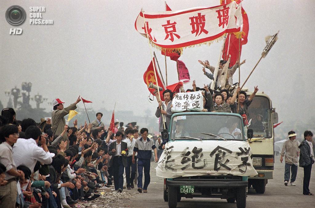Китай. Пекин. 18 мая 1989 года. Прохожие приветствуют демонстрантов, направляющихся на площадь Тяньаньмэнь. (AP Photo/Sadayuki Mikami)