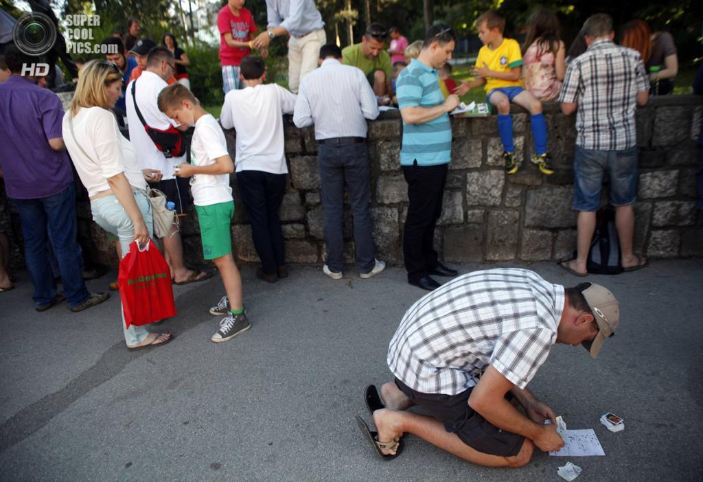 Словения. Любляна. 9 июня. На встрече коллекционеров стикеров Panini. (REUTERS/Srdjan Zivulovic)