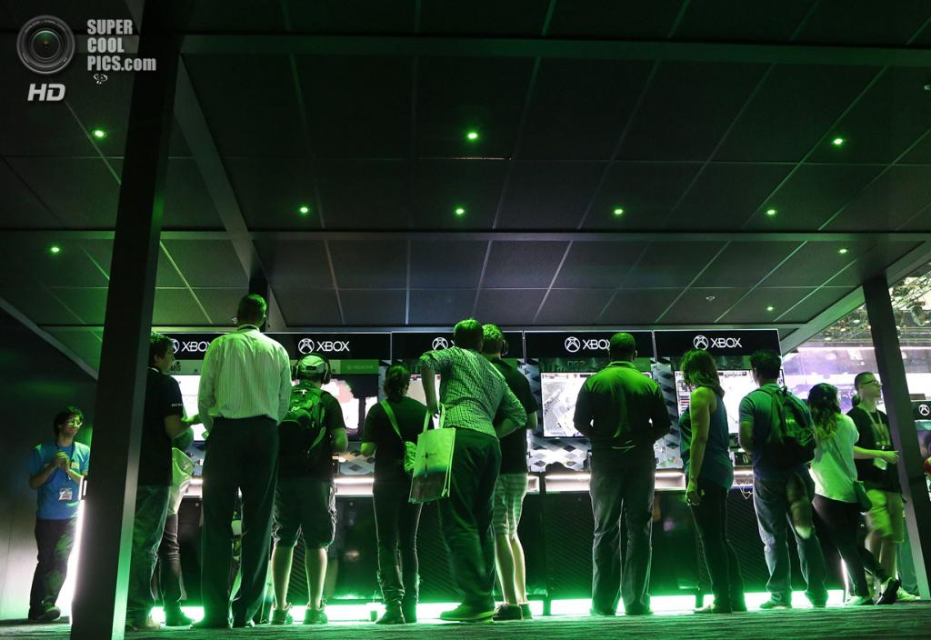США. Лос-Анджелес, Калифорния. 9 июня. Посетители у стендов с Xbox One. (REUTERS/Jonathan Alcorn)