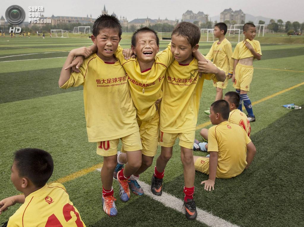 Китай. Цинъюань, Гуандун. 13 июня. Болезненная травма. (Kevin Frayer/Getty Images)