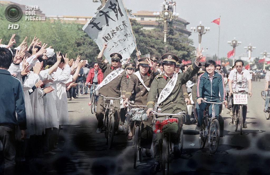 Китай. Пекин. 19 мая 1989 года. Велопарад сотрудников правоохранительных органов, поддерживающих студентов. (AP Photo/Sadayuki Mikami)