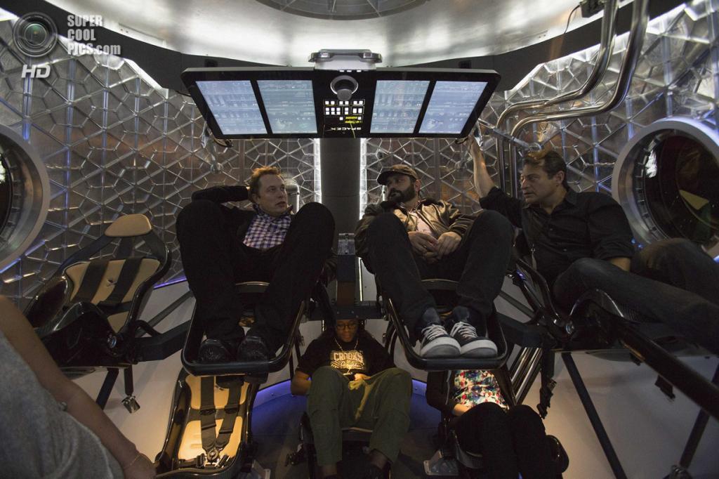 США. Хоторн, Калифорния. 29 мая. Основатель, главный конструктор и исполнительный директор SpaceX Илон Маск с журналистами внутри кабины космического корабля «Dragon V2». (REUTERS/Mario Anzuoni)