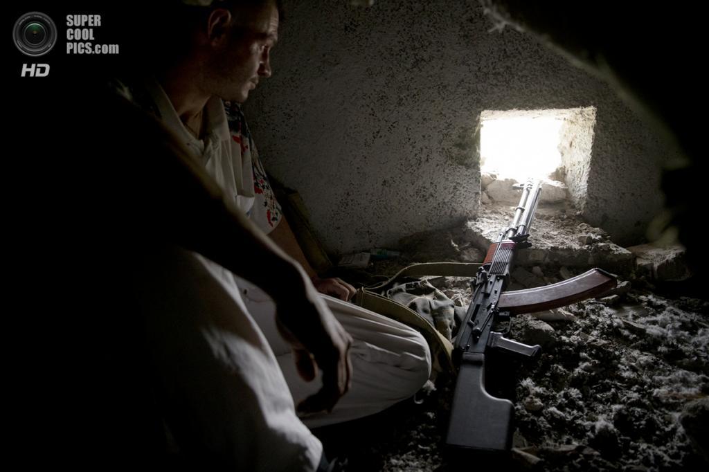 Украина. Луганск. 2 июня. Мужчина на огневой позиции. (STR/AFP/Getty Images)