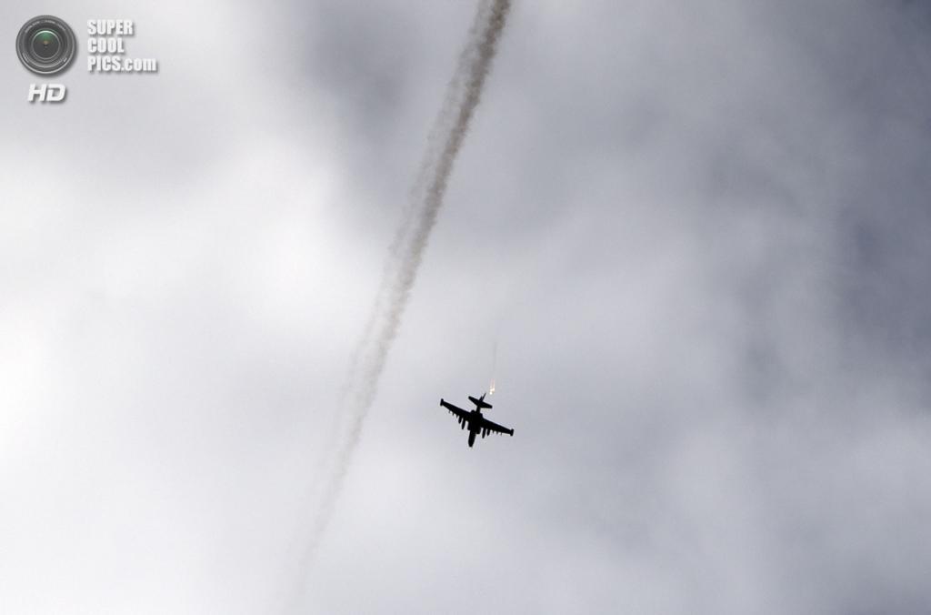 Украина. Славянск, Донецкая область. 3 июня. Украинский военный самолёт отбрасывает тепловые ловушки перед нанесением авиаудара. (AP Photo/Vadim Ghirda)