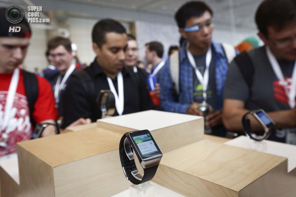 США. Сан-Франциско, Калифорния. 25 июня. Презентация смарт-часов Samsung Gear Live. (REUTERS/Elijah Nouvelage)