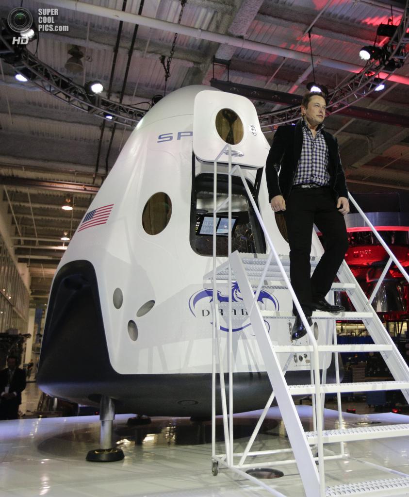 США. Хоторн, Калифорния. 29 мая. Основатель, главный конструктор и исполнительный директор SpaceX Илон Маск выходит из космического корабля «Dragon V2». (AP Photo/Jae C. Hong)