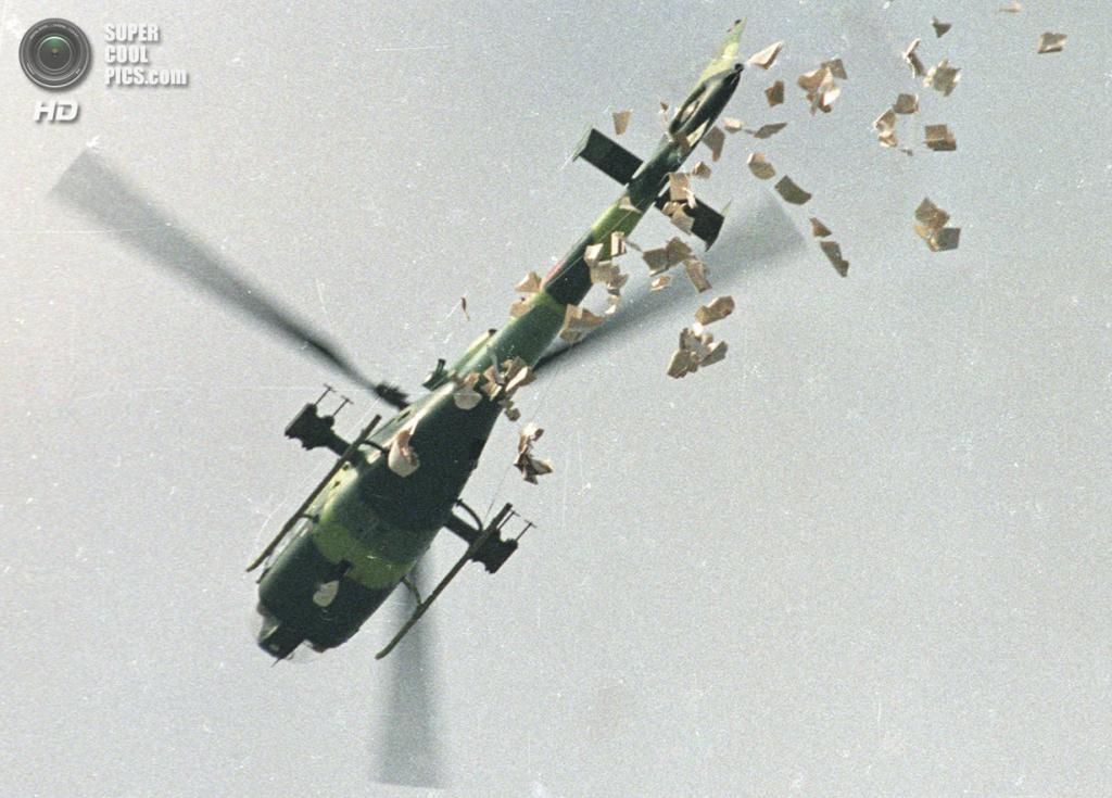 Китай. Пекин. 22 мая 1989 года. Военный вертолёт, сбрасывающий листовки с требованием освободить площадь Тяньаньмэнь. (REUTERS/Shunsuke Akatsuka)