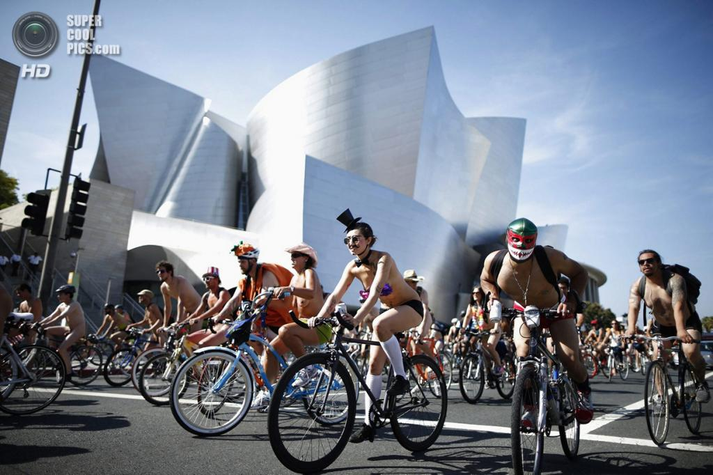 США. Лос-Анджелес, Калифорния. 14 июня.  Во время Всемирного велопробега Naked Bike Ride. (REUTERS/Lucy Nicholson)