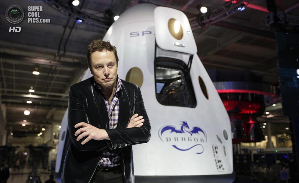 США. Хоторн, Калифорния. 29 мая. Основатель, главный конструктор и исполнительный директор SpaceX Илон Маск позирует у космического корабля «Dragon V2». (REUTERS/Mario Anzuoni)
