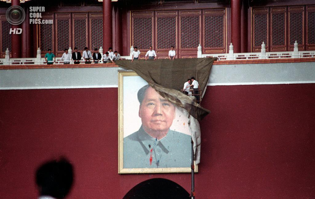 Китай. Пекин. 23 мая 1989 года. Рабочие пытаются задрапировать гигантский портрет Мао Цзэдуна на площади Тяньаньмэнь, который был закидан краской. (REUTERS/Ed Nachtrieb)