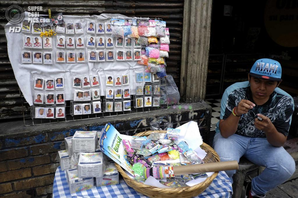 Гватемала. Гватемала. 8 июня. Продавец стикеров Panini. (REUTERS/Jorge Dan Lopez)
