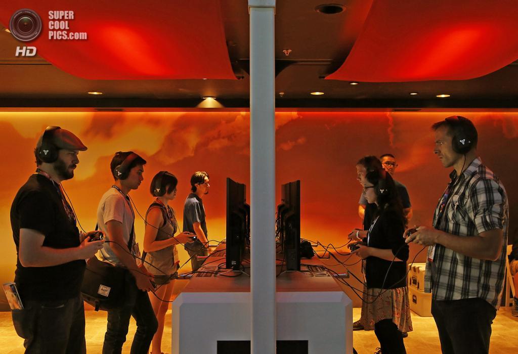 США. Лос-Анджелес, Калифорния. 10 июня. Посетители у стенда с игрой «Destiny». (REUTERS/Jonathan Alcorn)