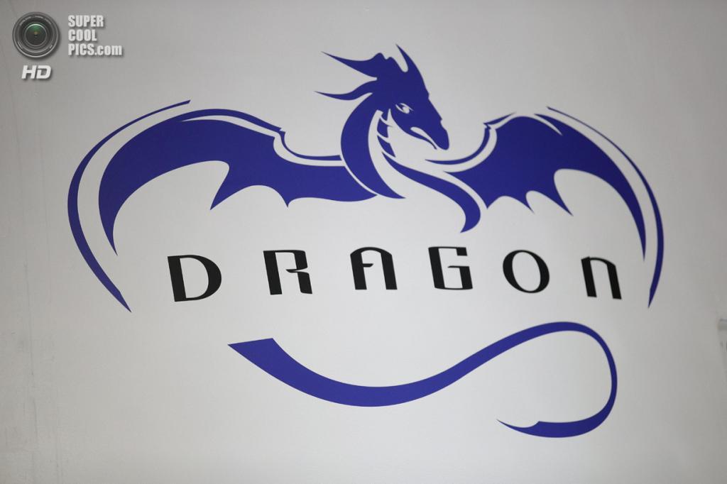 США. Хоторн, Калифорния. 29 мая. Эмблема на обшивке космического корабля SpaceX «Dragon V2». (AP Photo/Jae C. Hong)