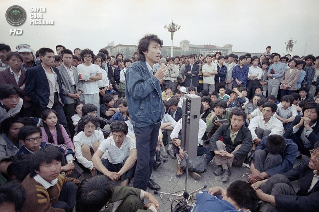 Китай. Пекин. 28 мая 1989 года. Студенты Пекинского университета слушают речь своего лидера. (AP Photo/Jeff Widener)