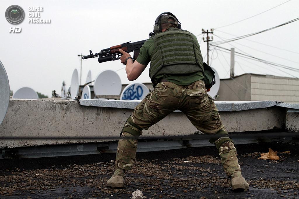 Украина. Луганск. 2 июня. Бой между активистами Луганской народной республики и украинскими пограничниками. (STR/AFP/Getty Images)