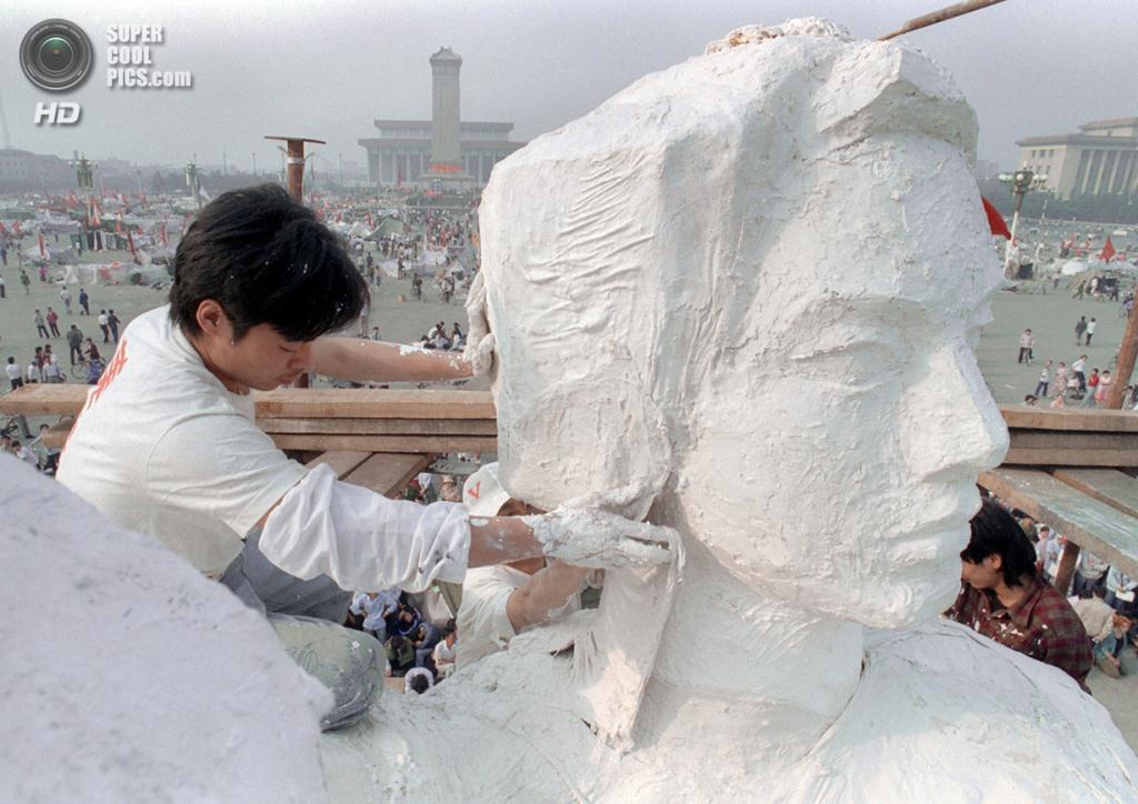 Китай. Пекин. 30 мая 1989 года. Студенты создают 10-метровую «Богиню демократии» из пенопласта и папье-маше поверх металлической арматуры. Статуя, созданная за четыре дня и установленная на площади Тяньаньмэнь, была уничтожена во время событий 4 июня 1989 года. (Catherine Henriette/AFP/Getty Images)