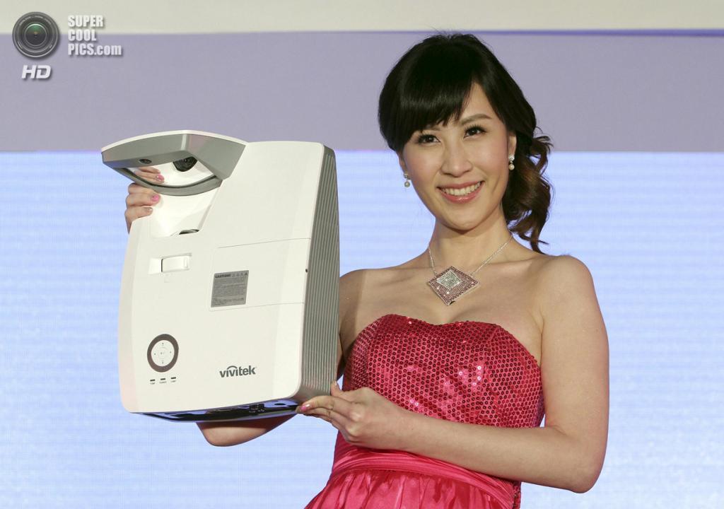 Тайвань. Тайбэй. 3 июня. Модель презентует интерактивный проектор Delta D755WTIR. (AP Photo/Chiang Ying-ying)