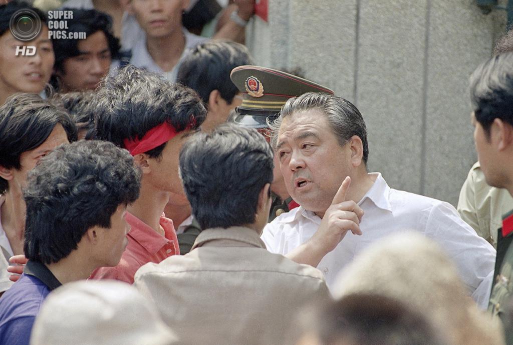 Китай. Пекин. 30 мая 1989 года. Милицейский в штатском пытается объяснить студентам, что их митинг у штаб-квартиры Народной вооружённой милиции Китая является противозаконным. (AP Photo/Mark Avery)