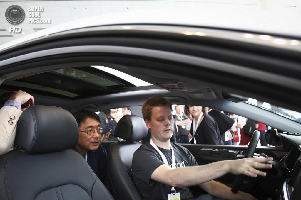 США. Сан-Франциско, Калифорния. 25 июня. Менеджер Google Майкл Вудворд объясняет принципы работы Android Auto. (REUTERS/Elijah Nouvelage)