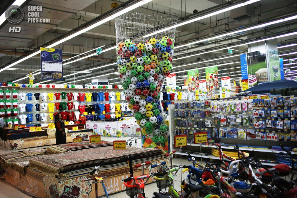 Иран. Исфахан. 2 июня. Огромная корзина футбольных мячей в супермаркете Hyperstar на территории торгово-развлекательного бизнес-центра Isfahan City Center. (John Moore/Getty Images)
