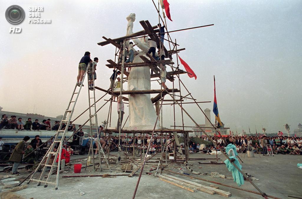 Китай. Пекин. 30 мая 1989 года. Финальные штрихи перед установкой «Богини демократии». (AP Photo/Jeff Widener)