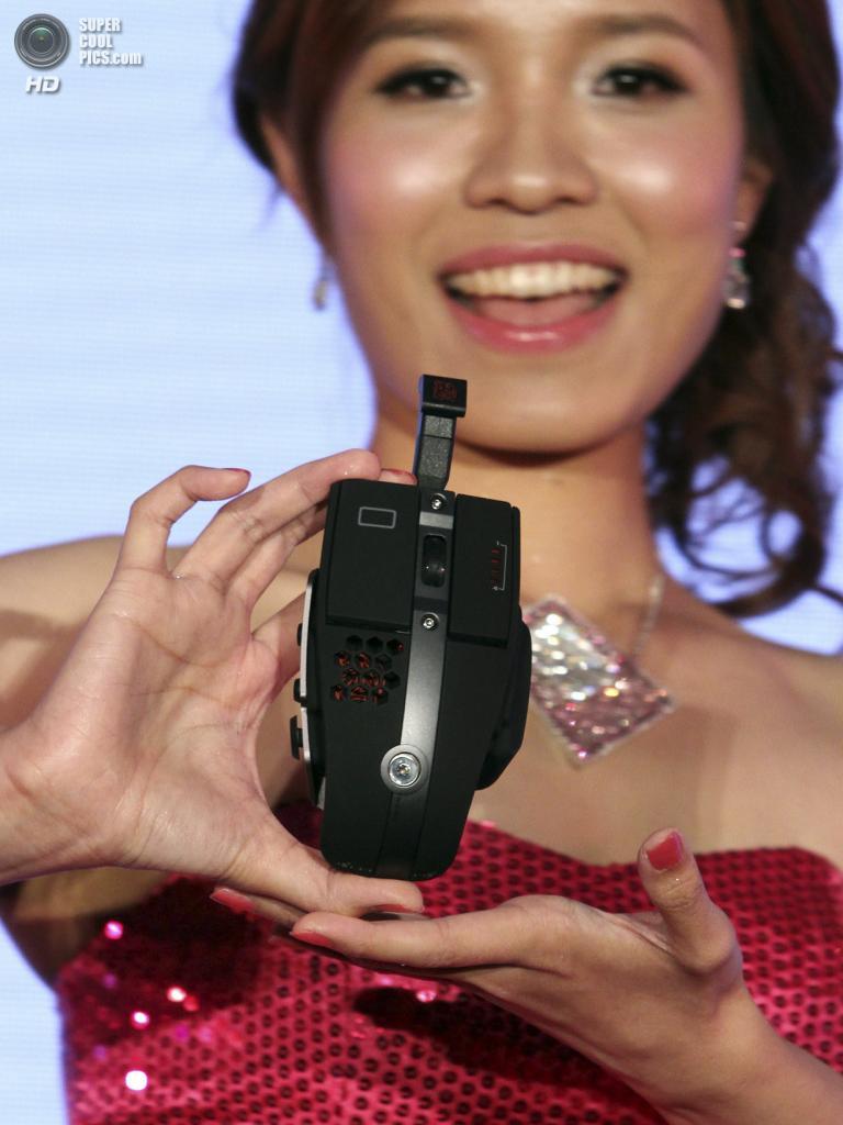 Тайвань. Тайбэй. 3 июня. Модель презентует гибридную игровую мышь Thermaltake Level 10 M Hybrid, разработанную совместно с дизайнерами студии BMW Designworks. (AP Photo/Chiang Ying-ying)