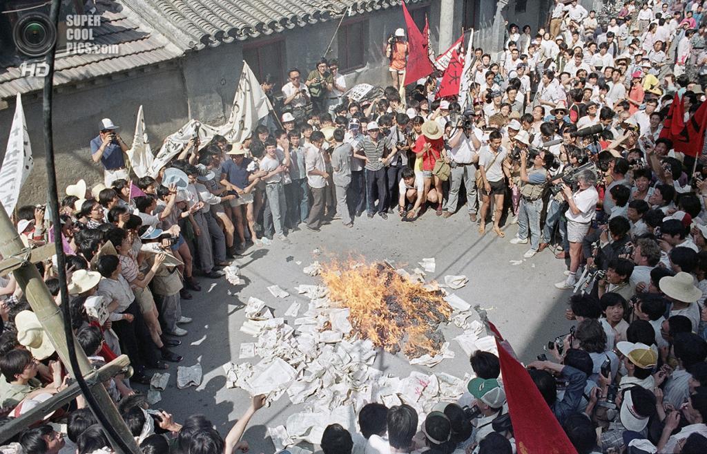 Китай. Пекин. 2 июня 1989 года. Студенты жгут газету Beijing Daily, которая, по их мнению, публикует проправительственные статьи. (AP Photo/Jeff Widener)