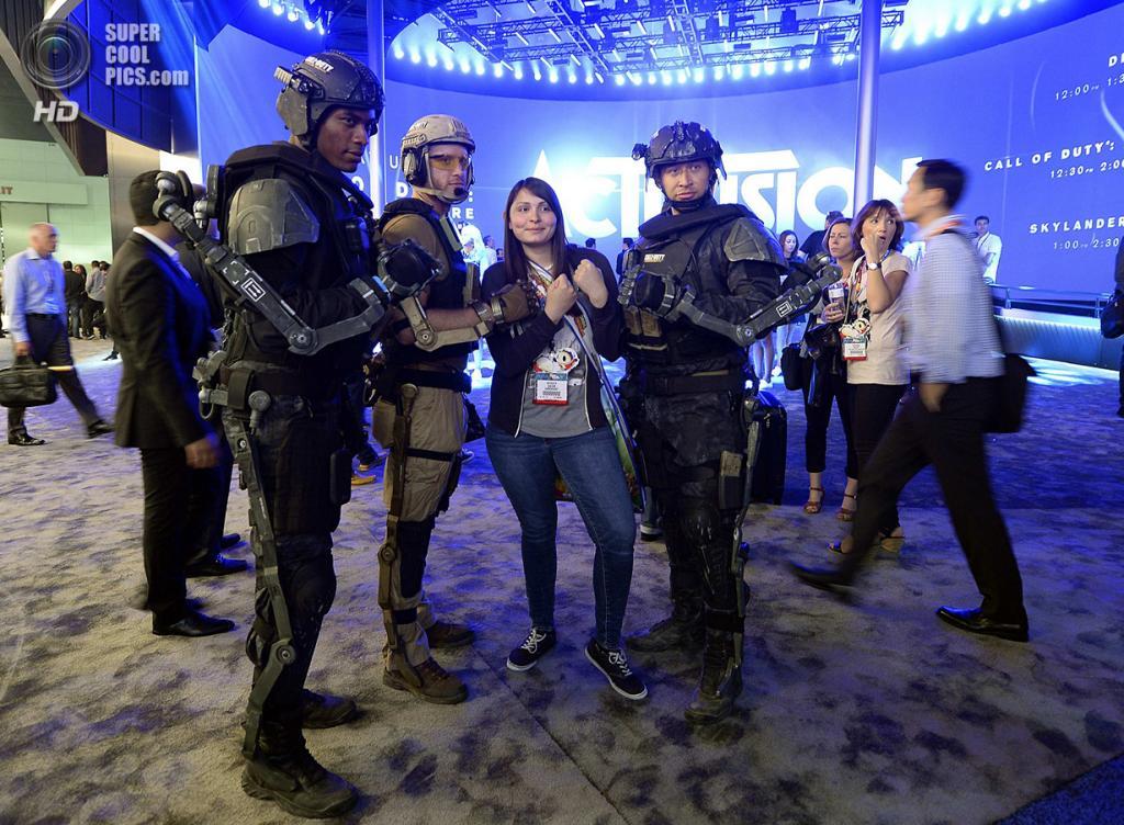 США. Лос-Анджелес, Калифорния. 10 июня. Промоушн игры «Call of Duty: Advanced Warfare». (REUTERS/Kevork Djansezian)
