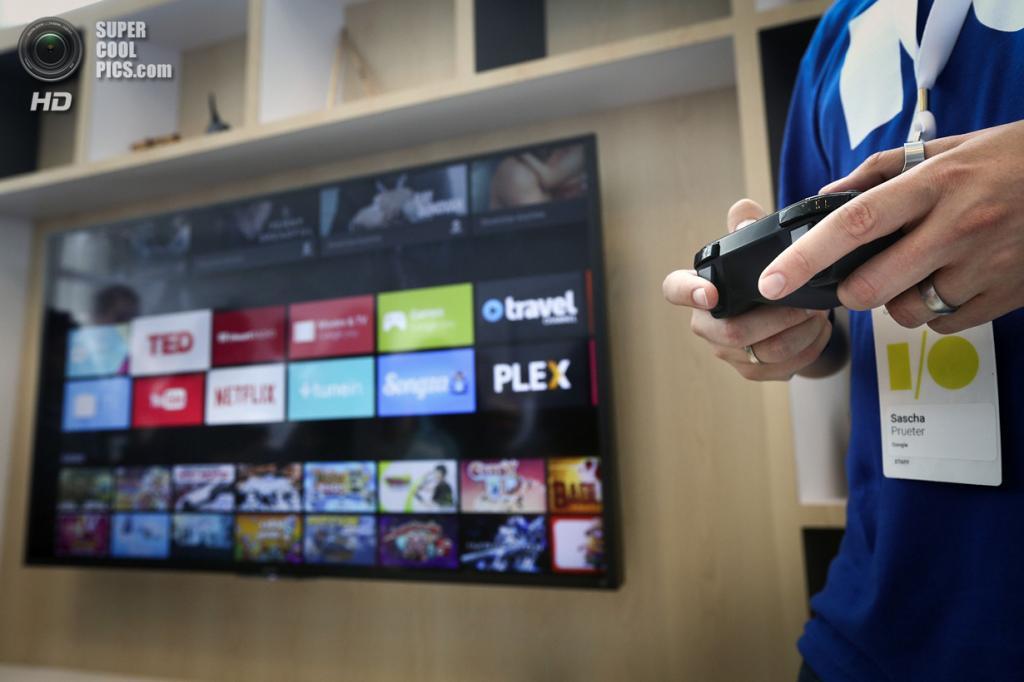 США. Сан-Франциско, Калифорния. 25 июня. Менеджер Google Саша Прютер демонстрирует возможности Android TV. (REUTERS/Elijah Nouvelage)