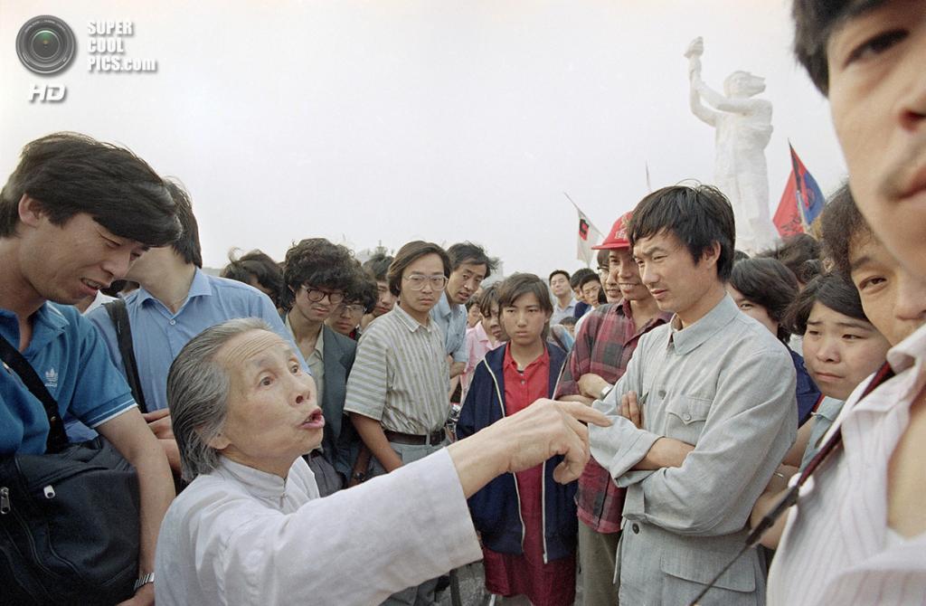 Китай. Пекин. 31 мая 1989 года. Пожилая женщина объясняет студентам свой взгляд на демократию. (AP Photo/Jeff Widener)