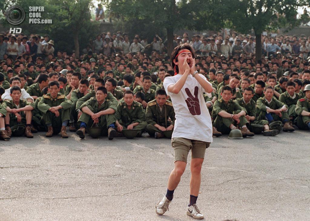 Китай. Пекин. 3 июня 1989 года. Студент призывает солдат расходиться по домам. (Catherine Henriette/AFP/Getty Images)