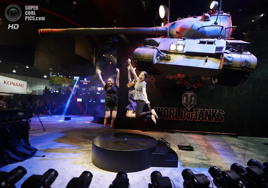 США. Лос-Анджелес, Калифорния. 10 июня. Присцилла Падилья, Саша Танк и Стелла Йео на промоушне игры «World of Tanks». (REUTERS/Kevork Djansezian)