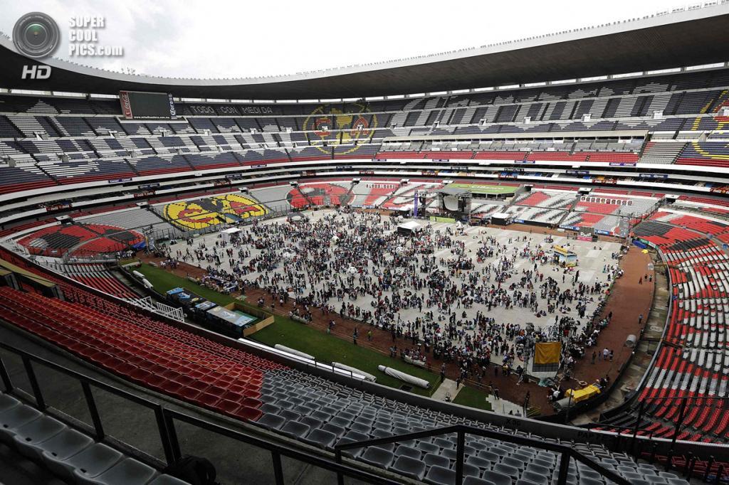 Мексика. Мехико. 7 июня. Встреча коллекционеров стикеров Panini на стадионе «Ацтека». (REUTERS/Bernardo Montoya)